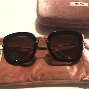 Super flotte Miu Miu solbriller i mørkebrun. Aldrig brugt. Nypris omkring 2500kr #trendsalesfund. Jeg har udover det på billeder pose, æske og kvit på dem😊 Har hele sættet