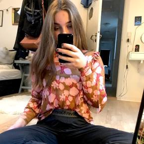 Mesh trøje med blomster print. Str xs men fitter Small - Medium. Rigtig behagelig at have på, og er fed til et par sorte jeans eller en nederdel! Byd!🧡