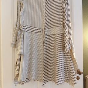 Smukkeste silkekjole fra faya dalsjø med de fineste detaljer. Nypris 7000  Kan afprøves på Vesterbro.  Bud er velkomne