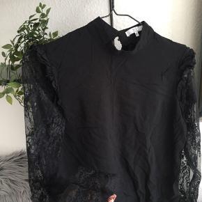 Virkelig fin bluse i sort, med blonde ærmer 🤍 Str M   Brugt max 2-3 gange!  50,-