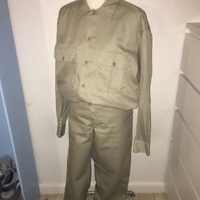 Sand farvet sæt fra Dickies - skjorte + bukser. Bukserne er størrelse w32 l34 og skjorten er en medium.