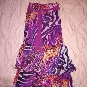 Så flot nederdel i smukke farver, lavet af silkechiffon😀      Prisen er incl. Porto        Tags: lang nederdel lilla lyserød pink gul orange 36 small mønstret silke premium luksus dyreprint leopard zebra