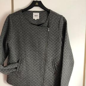 Smart og anvendelig lille jakke med lynlås. Brugt få gange og er som ny.