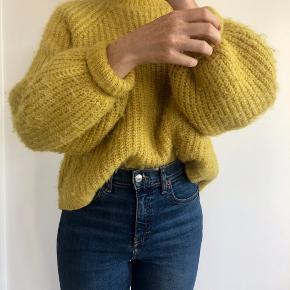 Super fin gul strik fra Zara i str. M (kan passes af en small). Sælges da jeg ikke længere får dem brugt. Den er ca et år gammel og fremstår som ny helt uden slid. Prisen er ekskl. fragt - byd gerne! :)