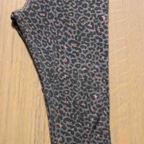Rigtig fine leo leggings fra Marmar. Ikke brugt mere end 4-5 gange. Super fin stand, men har en smule fnuller som de fik efter første vask.