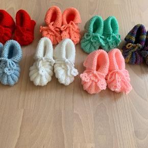 Strikkede sko til baby 👶🏻👶🏽 Måler ca. 10-12cm   Pris pr. par 50kr  Køber betaler selv evt. porto 📬