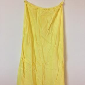 Jeg sælger denne satin-lignende nederdel fra Mango! Den er så smuk, men trænger lige til at blive glattet.