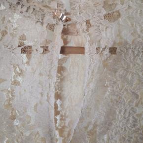 Super smuk blonde bluse fra Ganni, med smuk guld hægte i nakke