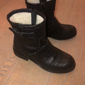 BYD. Billi bi støvler, kun brugt en enkelt gang, da de ikke passer i størrelsen og blev aldrig sendt tilbage. Støvlerne er med slangeskinds look, har dejlig varmt for her til vinteren og fitter en str 39. Nypris 1600kr fra Magasin.