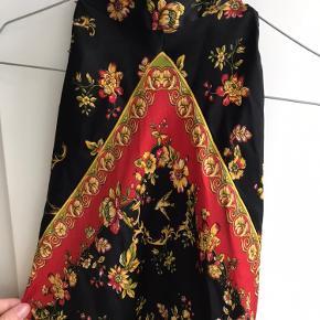 Sød top med høj hals der kan bindes bagpå fra Zara. Aldrig brugt. Kan afhentes i Aarhus C eller sendes 😊