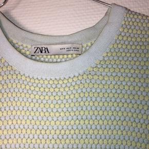 Fin og farverig t-shirt fra Zara. Den er meget størrelsestilsvarende.  Byd gerne 😌