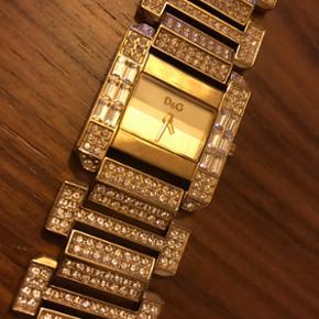 Meget smuk D&G armbånds ur med sten.  Næsten ikke brugt Nypris: 2595.-kr Sælges for kun 1800.-kr