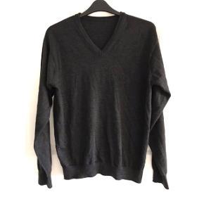 Sweater i merinould. Materialemærket er utydeligt men mener det er str. L. Brystvidde : 60 cm. X 2. Længde: 71 cm.