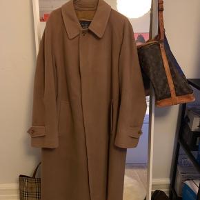 Super fin vintage unisex Burberry uld frakke, perfekt til vinter. Passer en XL, eller mindre størrelser som oversize.  Kom gerne med et bud 😊  Kan afhentes i Århus eller sendes med DAO.  Bytter IKKE
