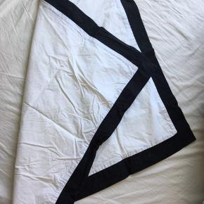 To styk hvide pudebetræk med sort kant i 60 x 70 cm