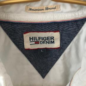 Har denne lækre Tommy Hilfiger skjorte. Skjorten har været brugt et par gange.   Skjorten har en lille plet nederst, men kan fjernes med Vanish   Giv et bud :)