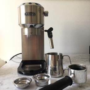 Delonghi Dedica espressomaskine med mælkeskummer. I god stand og har ingen tegn på slid. Maskinen har lavet maks 20 kopper kaffe. Der medfølger det, som er på billedet. Maskinen sælges da jeg har fået en anden maskine, og derfor ikke får denne brugt.