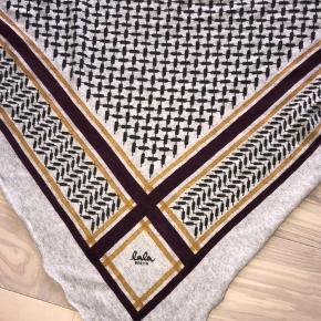 Fint halstørklæde fra Lala Berlin i god stand. Købt sidste jul og sælges, da jeg ikke får det brugt :)