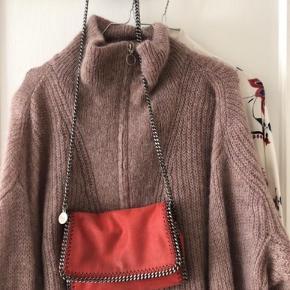 Varetype: Stella McCartney 'Falabella' Shaggy Deer Crossbody Bag Størrelse: X Farve: Orange Rød Oprindelig købspris: 4500 kr.  Fin lille taske.   Bytter ikke.