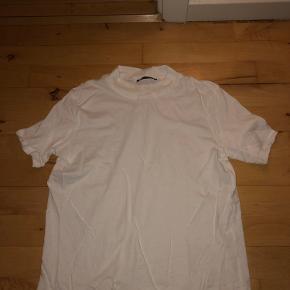T-shirt fra Zara med ribbet hals.