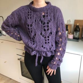 Hjemmestrikket lilla sweater efter den populære Ganni strik sweater mønster. Så blød og fin i 75% alpaca, 25% uld. Kan strammes i bånd så passer en small-large. Er selv small-medium. Sælger kun hvis jeg når rette bud. :-)