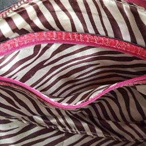 Vintage Guess taske sælges. Farven er pink, og der er enkelte spor af slid.
