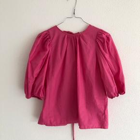 Så fin pink bluse fra h&m Brugt en enkelt gang Størrelse XS
