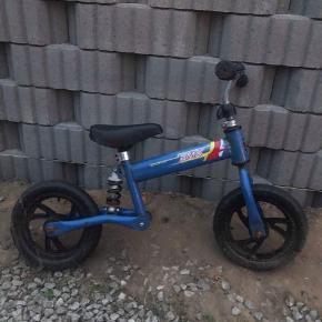 løbe cykel sælges, med fjeder i sadlen for at beskytte børnenes rygge.   Super god, og virker som den skal. Lidt slidt men har ingen betydning for cyklen   Byd gerne.