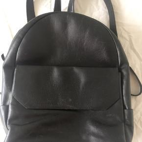 Royal Republiq lædertaske. Den er brugt og derfor er der slidmærker på, men da det er god læder er den stadig helt fin til brug.  Skriv hvis der ønskes flere billeder