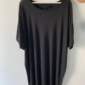 Smuk og elegant kjole i sort med fine detaljer ved ærmerne. Str. 46-48. Som ny. Brugt en gang.   Ønskes billeder, hvor den er prøvet på, så send en besked :)