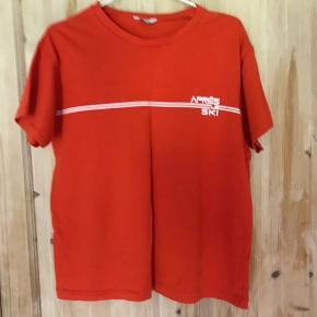 Sælger denne t shirt fra Envii.  Næsten ikke brugt.  Køber betaler fragt.  BYD gerne.