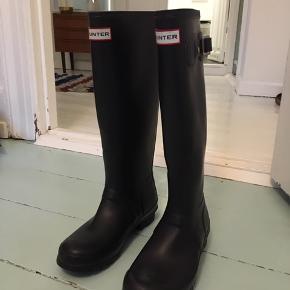 Meget fine Hunter gummistøvler og thermosokker, næsten som nye, brugt meget lidt.
