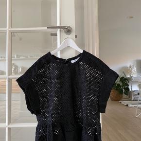 Jeg sælger min Iro hullede t-shirt i str. 34. Den er brugt 1 gang, så der er ingen slitage på trøjen. (Kvittering medfølger)  Min mp er 300, men BYD hvis du er interesseret :-)