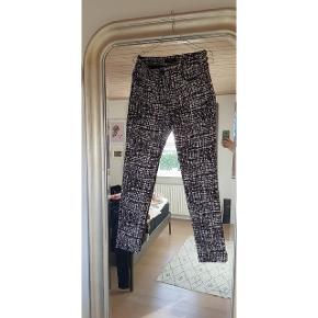 Mønstrede bukser i denim kvalitet. Sidder super godt. Dog desværre for små til mig nu #30dayssellout