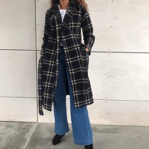 Super fed og eftertragtet Ganni frakke ! den er ternet med bindebånd i taljen  💗💖 den er i super god stand og dejlig varm 🍁🍂 fitter str s 💗
