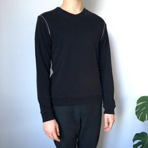 Sort bluse fra Hugo Boss. Ærmer kan lynes af. Størrelse small, men passer medium/large.