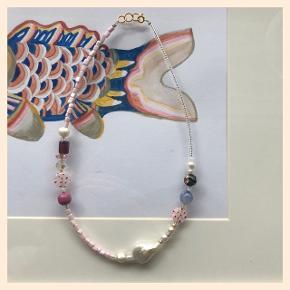 Unik perlehalskæde 🐚Med ferskvandsperler, en stor barokperle og diverse vintage glasperler! Lås: forgyldt sterlingsølv (26kr i indkøb) Mål: 45,5 cm  #trendsalesfund  Se mine andre annoncer med smykker