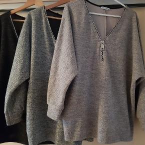 3 bluser fra creme fraiche... 1. Sort bluse med lynlås str. XXL  pris. 60 kr.  2. Grå bluse med lynlås str. XXL  pris. 60 kr. 3. Laksefarvet ? Bluse med lynlås str. XXL pris. 60 kr.  For alle 3 pris 160 kr.
