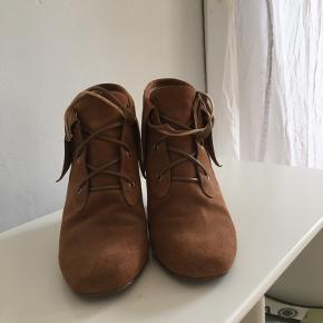 Er par flotte Michael Kors støvler i str 38. Brugt få gange. Trænger kun til nye snørrebånd.