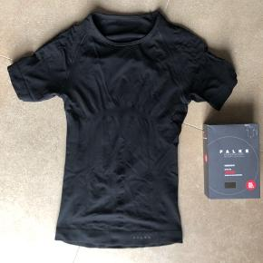 Helt ny t-shirt der aldrig har været brugt. Nyprisen er 500.-