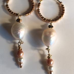 Elegante forgyldte sterlingsølv creoler med  barok A grade ferskvandsperle. Desuden er der små perler i rosa og hvid, samt små forgyldte beads. Creolerne måler 20 mm. Meget elegante alene eller sammen med smykker fra feks. Maanesten, Stine A eller Jane kænig