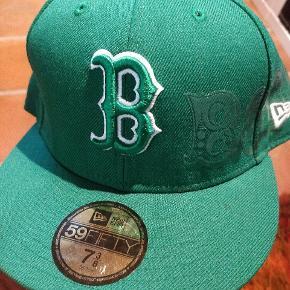 Næsten ubrugt New Era cap i 7 3/8 (58,7 cm). Boston!