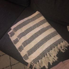 Helt nyt Tine K tæppe aldrig taget i brug dog er mærket taget af. Nypris 500,-kr mindstepris 150,-kr. 130 x 200