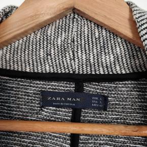 Flot cardigan i sort og hvid fra Zara man.  Modellen kan ikke lukkes, da der ikke er knapper i.  Fremstår som ny. Fra ikke ryger hjem.