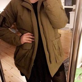 Helt ny halo- jakke. Store lommer, og varm! Mandemodel i en str S- men jeg mener også at kvinder kan bruge den.
