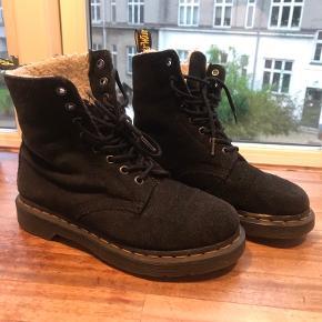 Støvler i god stand. De er brugt og har været elsket, men er nu for små.