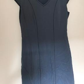 Fin kjole i perfekt stand. Kommer fra røgfrit hjem. Prisen er til forhandling ved hurtig handel. Sender gerne.
