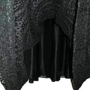 Flot og meget smuk foret blondekjole fra H&M i str 40. Kjolen er i A-model og brystvidden er 46 cm, taget hvor ærmegabet slutter, længde fra ærmegab 69 cm, fra skulder 91 cm.