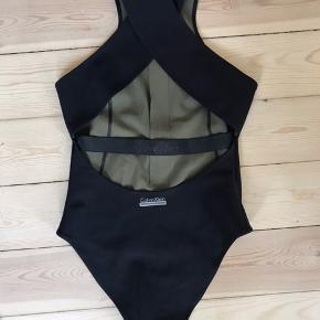 Sporty Calvin Klein badedragt. Kun brugt på en enkelt ferie.  Den har lynlås, kryds på ryggen og army grønt foer.