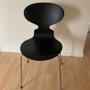 Jeg har 6 stk myre stole fra Fritz Hansen  Pris 1500 stk. Kom evt med bud. Sidde højden 46 cm Faste i ryggen. Enkelte har nogen mærker bag på ryggen men ellers fine og gode at sidde i  Der følger desværre ingen kvittering med da det er arvestykker.